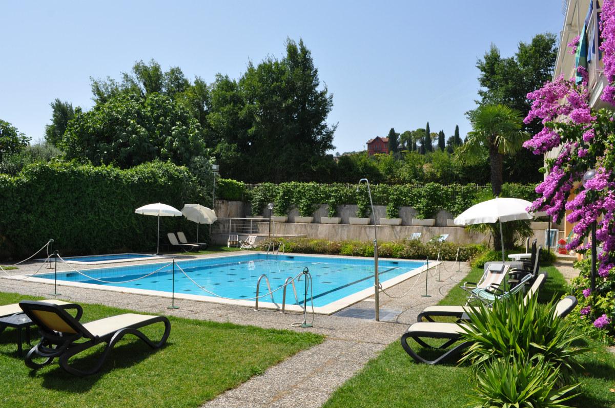 piscina hotel panoramica sal lago di garda